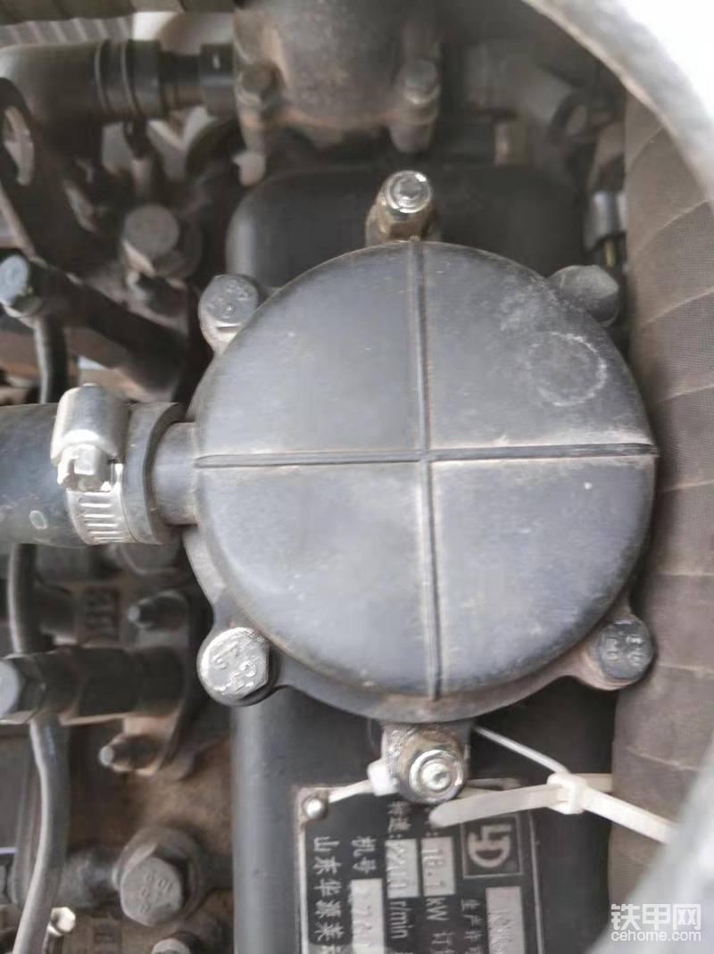 接下来,打开加油口方便放油,由于这款机器没有单独的加油口,直接从图上那个位置取下来就能看到气门摇臂,废气也是从那里出来的。
