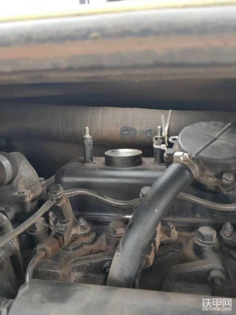 拆下废气装置,气门室罩子有点脏顺便打扫一下。待会机油从这里加注。