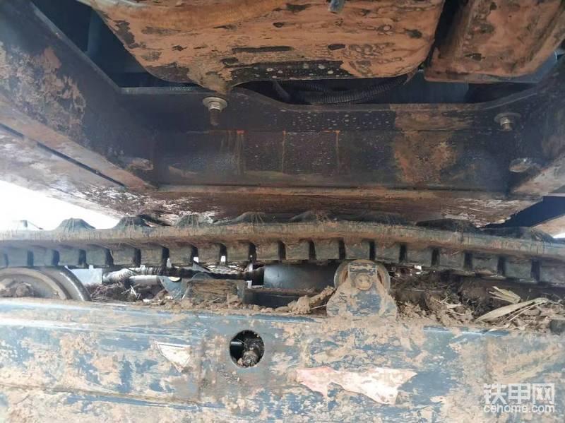 接下里就是拆油底壳螺丝,好像是22的,用个梅花扳手轻松解决,这款机器有点抠,居然没有发动机下护板,但是这样也好保养时免去了一些麻烦。