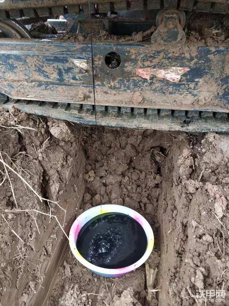 把准备好的盆子放沟里,等个一个小时,待机油留尽了,拧上油底壳螺丝,用纸巾把放油口擦干净(方便保养完成后观察),放油结束。