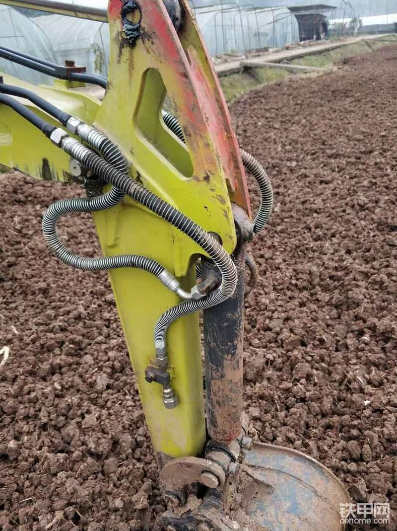 原厂自带的破碎管路,我们主要以果园建设挖沟和平整场地为主,所以就没买炮头。