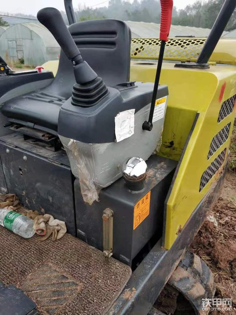 先到锁和燃油箱,油箱很小还是机器很省油。