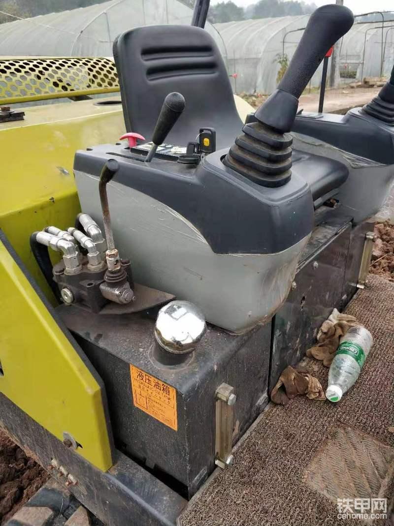 液压油箱和燃油箱长得一样,真担心加柴油的时候弄错,液压油箱上面的操纵杆是控制推土铲的。