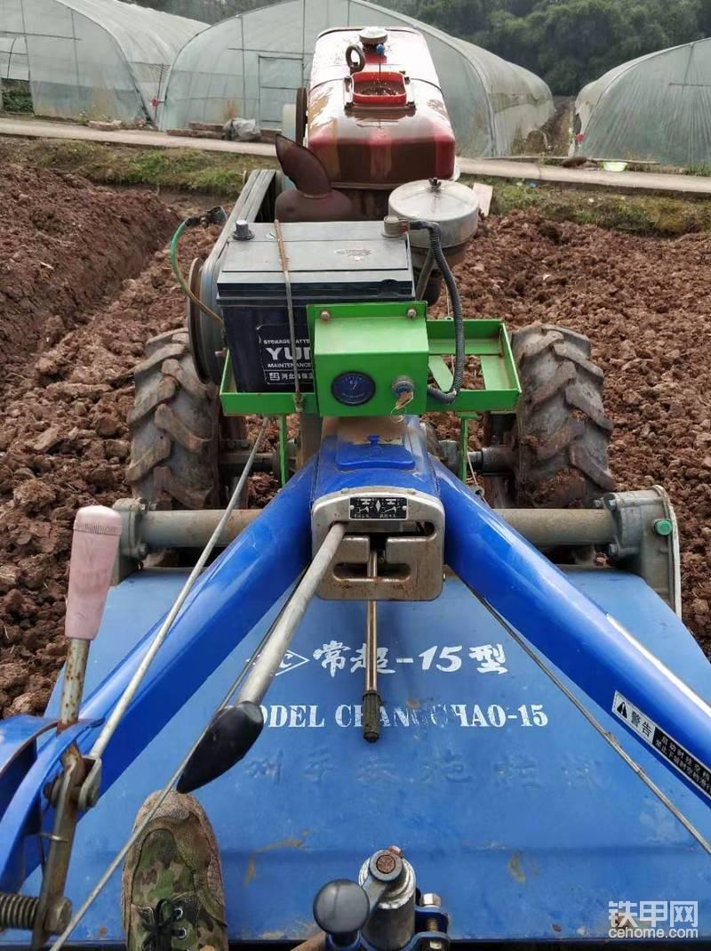 东方151手扶拖拉机和小挖机配合使用