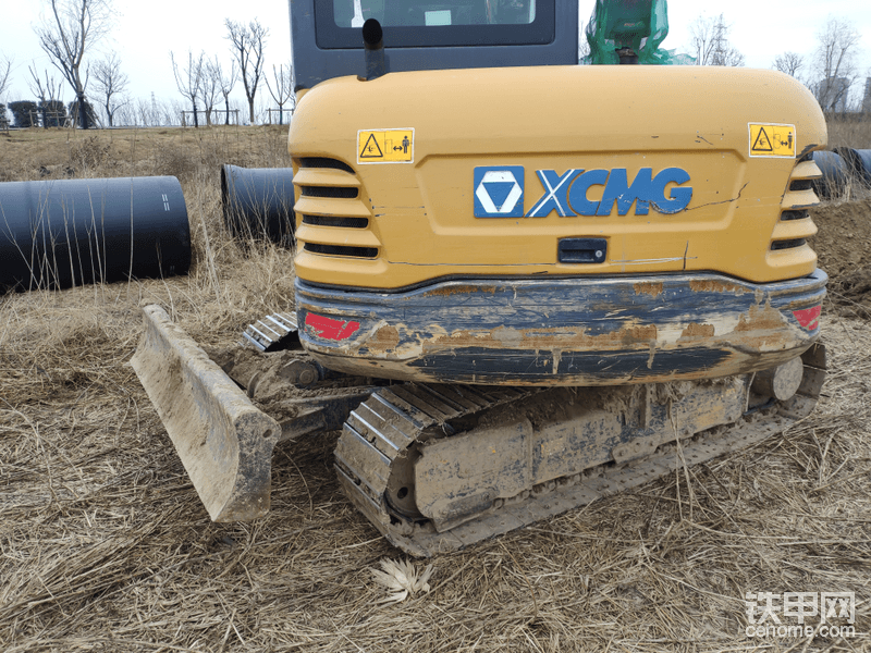 底盘,链板有护链器。配重是铸铁,有些挖机配重里面灌的是水泥。