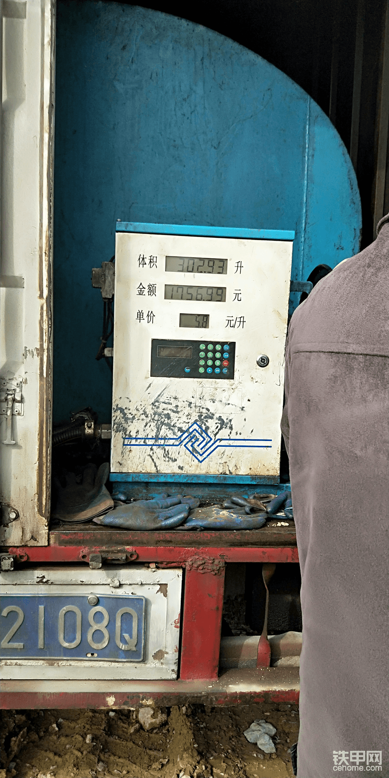 斗山220-7还有两格油,一个油壶和加满一箱油的数量