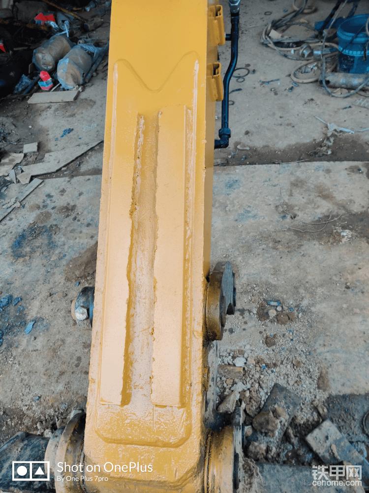 小臂加焊两条钢板,这里吐槽一下三一小臂这个位置设计的不好,做石方太容易磨花小臂了,有的车小臂这个地方有三条凸出来的钢板可以很好的保护小臂不受到磨损