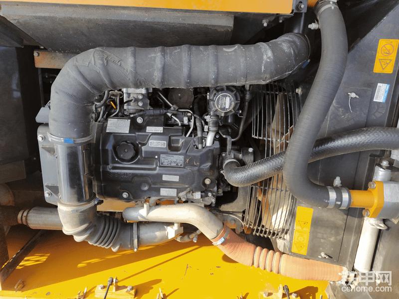 发动机螺丝原装未动,但仔细看会发现有一点点油渍