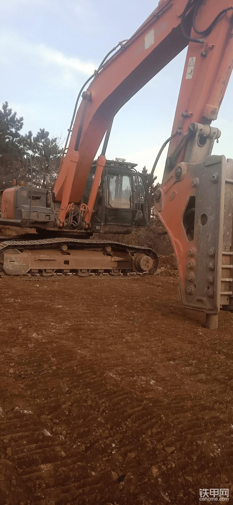 一年下来也用不了多少挖斗,几乎都是打破碎,艾迪175破碎锤+双泵合流。也是相当的完美的,在哪里干活也没掉过链子。