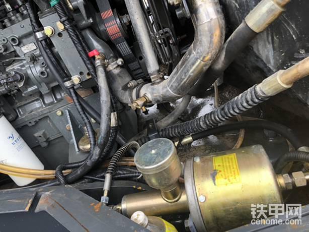 由于换了发动机,刹车加力器位置装不上了,(潍柴的起动机比广康的起动机靠下)这个刹车加力器研究了好久没地方放,突然发现这个位置不错,仔细研究以后没问题,做支架固定,非常完美,把管子加长就行了(气管和油管是上次改50c剩的,原厂管子,买了两个接头完美搞定!!!)