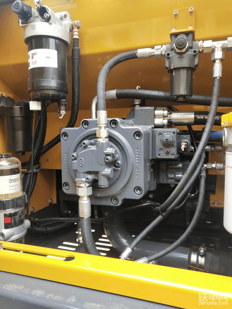 今天细看了下,这一台205的液压泵和我之前那台不一样,老二和老大相差一个月