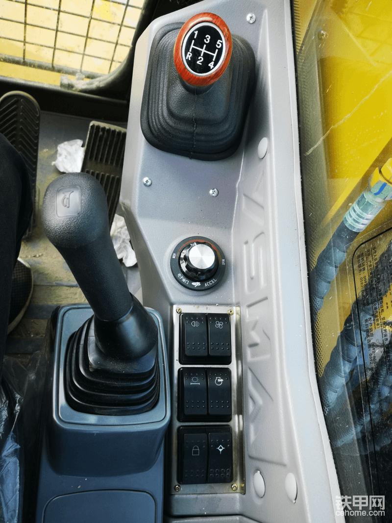 档把在前面,两个控制开关在中间,之前是在方向盘下面的
