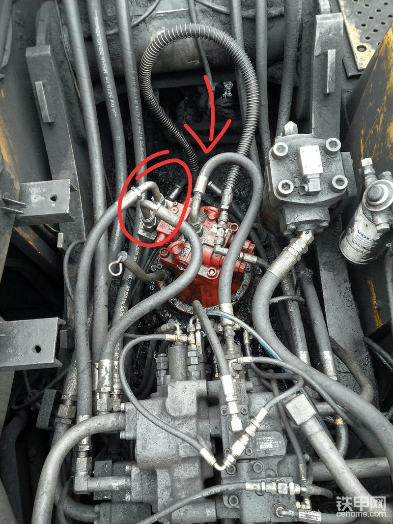 这个马达盖装错位置了,由于车上拆马达盖不方便,又怕把弹簧弄歪,没拆,正确位置如箭头方向。安这两根管把我俩累得……一身汗。