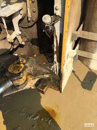 急急急山工650B装载机变速器发热有压力时排气孔漏油