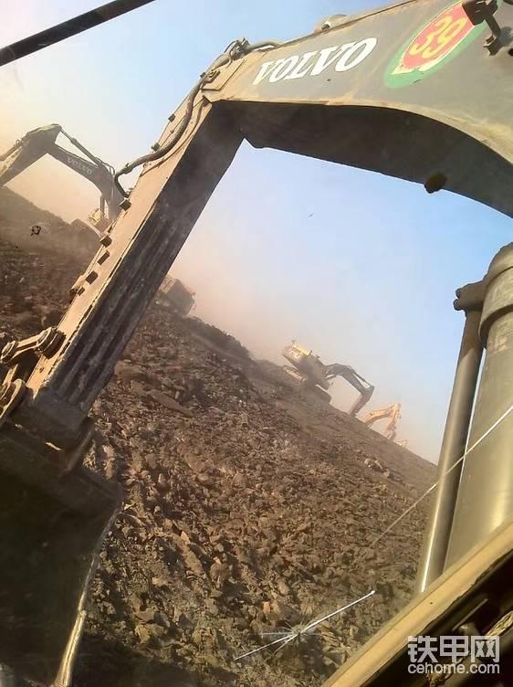 对面挖掘机师傅在取煤,我在认真看,认真学,我也要做一个会取煤的司机!