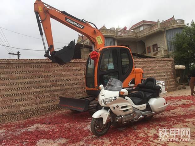 挖机配摩托,我的最爱!