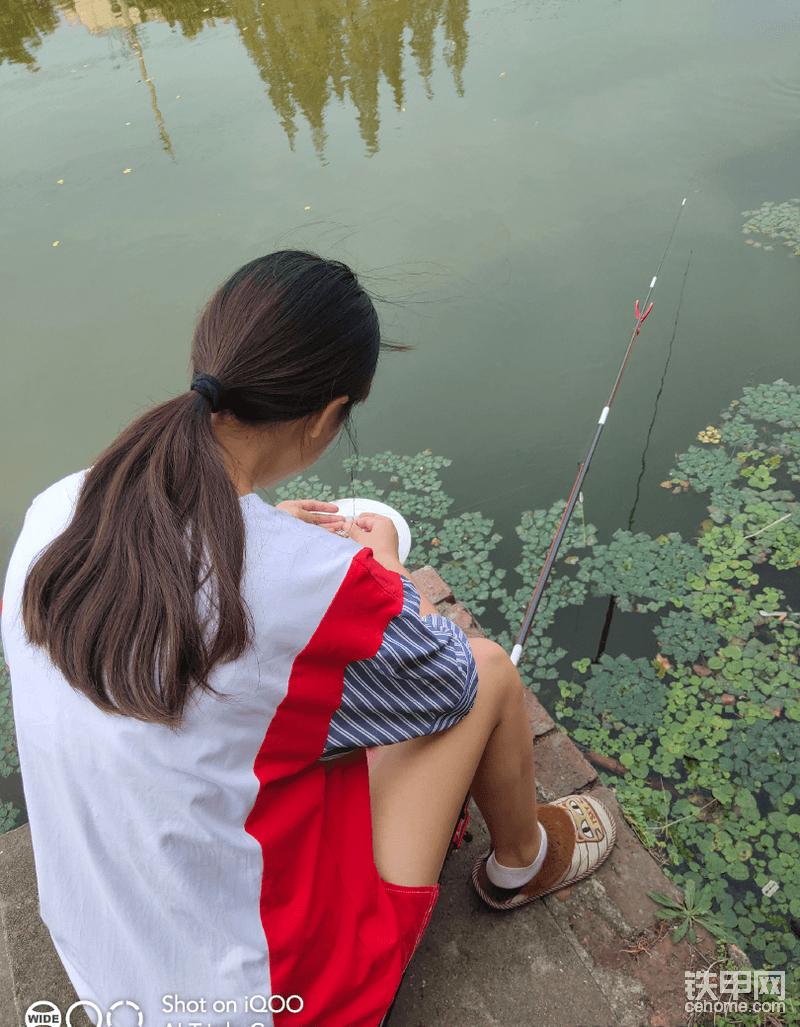 忙时累时给我洗衣做饭,闲时陪我钓鱼聊天。她才是最辛苦的