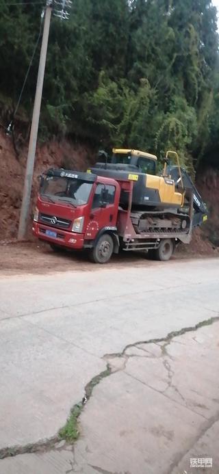 沃尔沃EC120D和徐工XE55DA提车作业