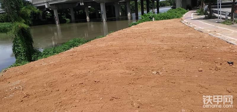 5月28日。開始園路一段修建,挖機開始挖路基。由施工放中心點,然后灑灰線開挖。開挖的時候,要確定路的寬度,比完成寬度,每邊增加20公分的施工操作面。挖的時候,用斗背壓實。