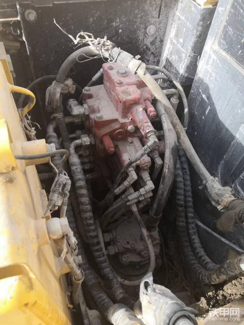 液压泵:进口川崎,外表油油的,我问车主说之前二千小时换液压油的时候和测过压力弄的液压油,我背过打电话问过售后,情况属实,没问题