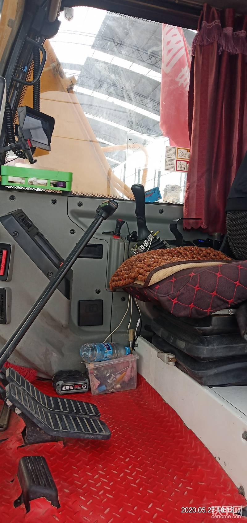 驾驶室里我加装了窗帘,倒车影像,管用不管用,爱好就好 马拉头,回来我拆开看了一下里面的套和轴,有间隙的地方都加垫处理