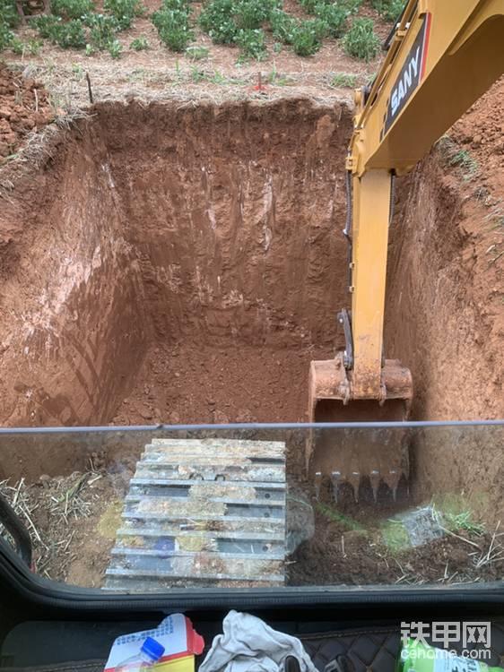 挖的建新墓的坑,大家看一下有多深
