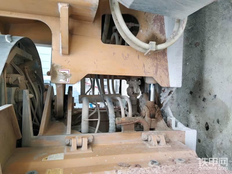 龙工的双圆锥滚子轴承车架铰接,一直颇受好评,除了轴承的高承载力之外秘密就在它的销子是能够微量摆动的。