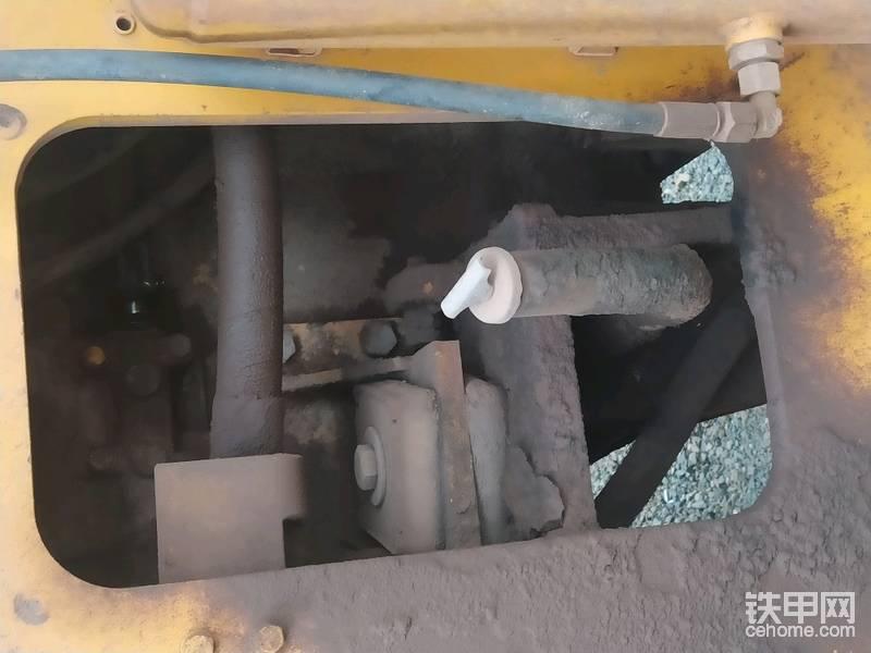 这种固定方式螺栓可不能松的太多,龙工的是一个V形槽,能自动定位。