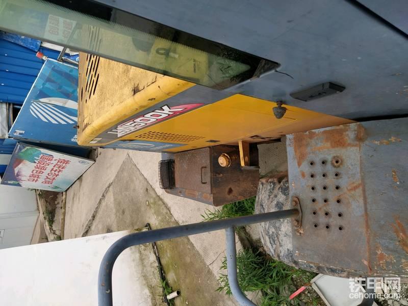 这个通道在排完柴油机油路空气、检查冷却液、机油后,进入驾驶室很实用。