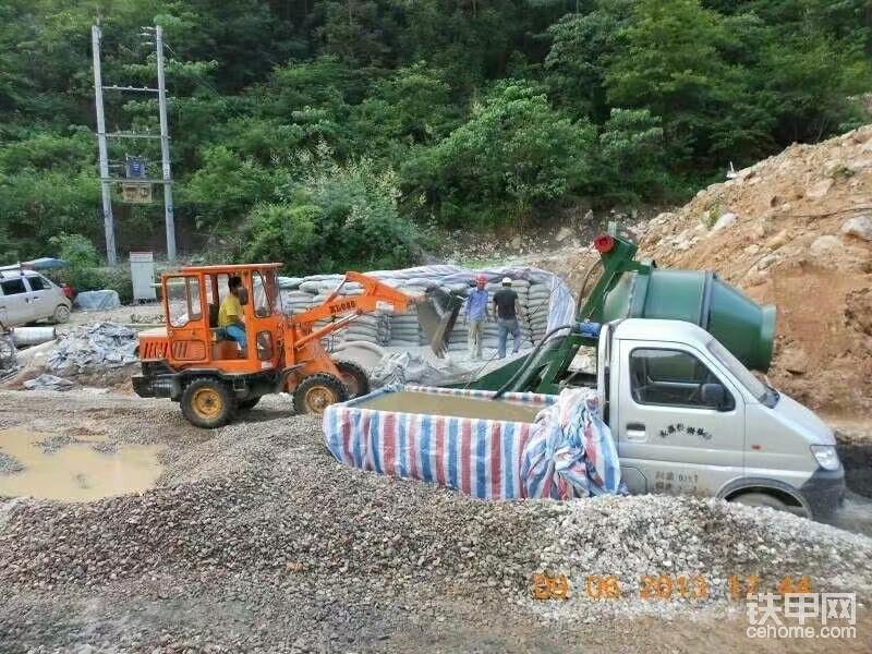 2012年,承接了一个水库的砼清工浇筑,08铲和350搅拌机是黄金搭档。