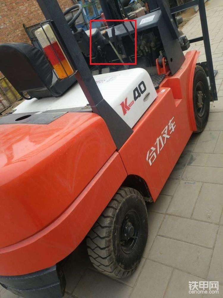 1、现在小吨位的燃油叉车多装配浙江中柴机器的变速箱,这款变速箱最大的特点就是双档杆,因此小吨位叉车不会存在单档杆的变速箱。