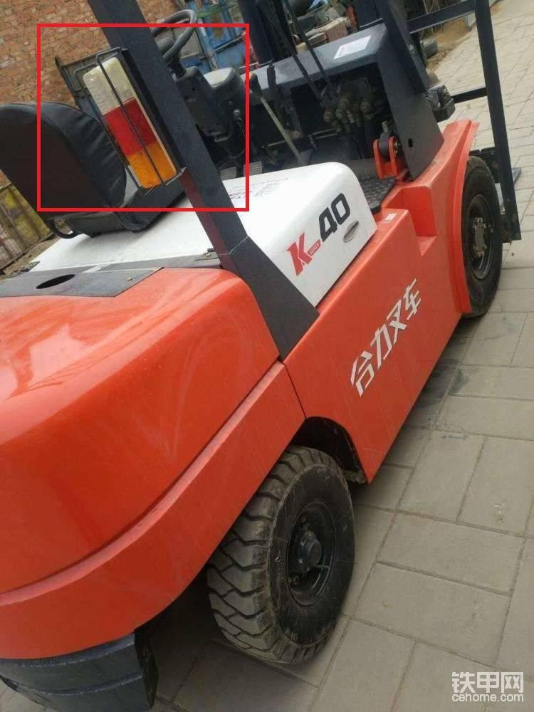 4、假合力的尾灯多设置在护顶架靠近配重的位置,看到类似的车一定要提高警觉。