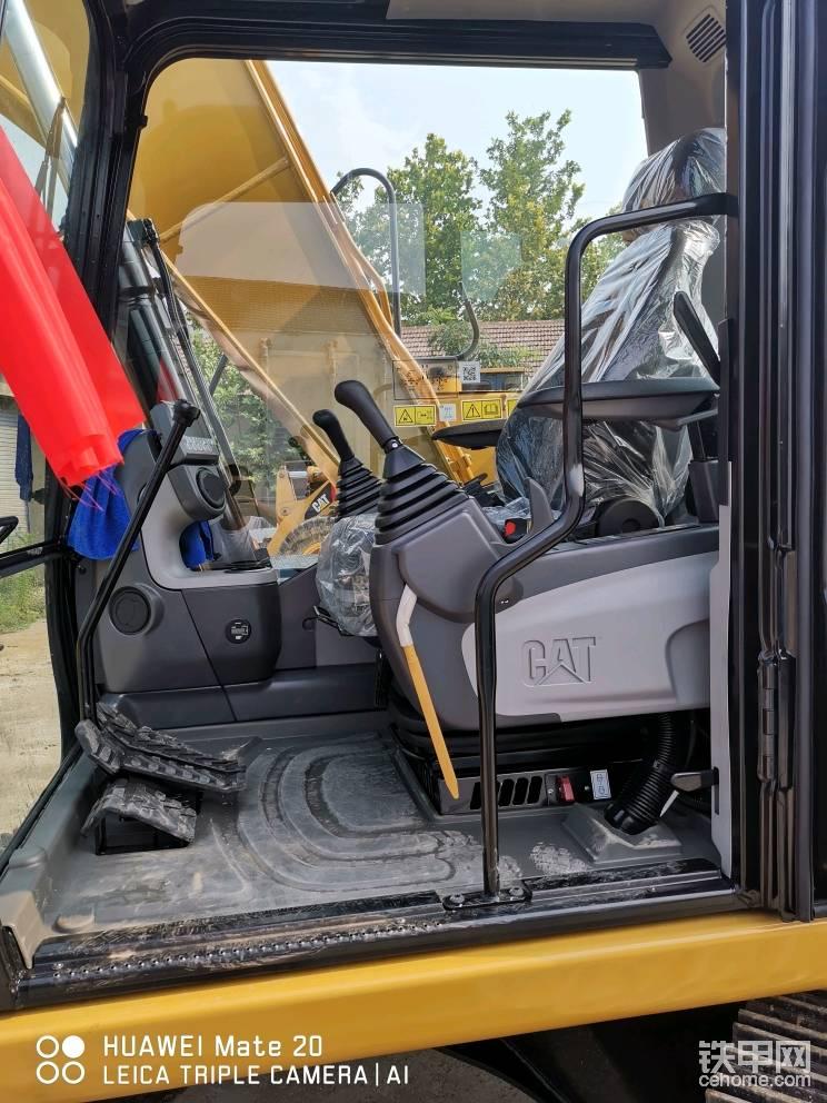驾驶室内增压 自动空调 悬浮座椅 舒适性比卡特小挖提升了好多档次