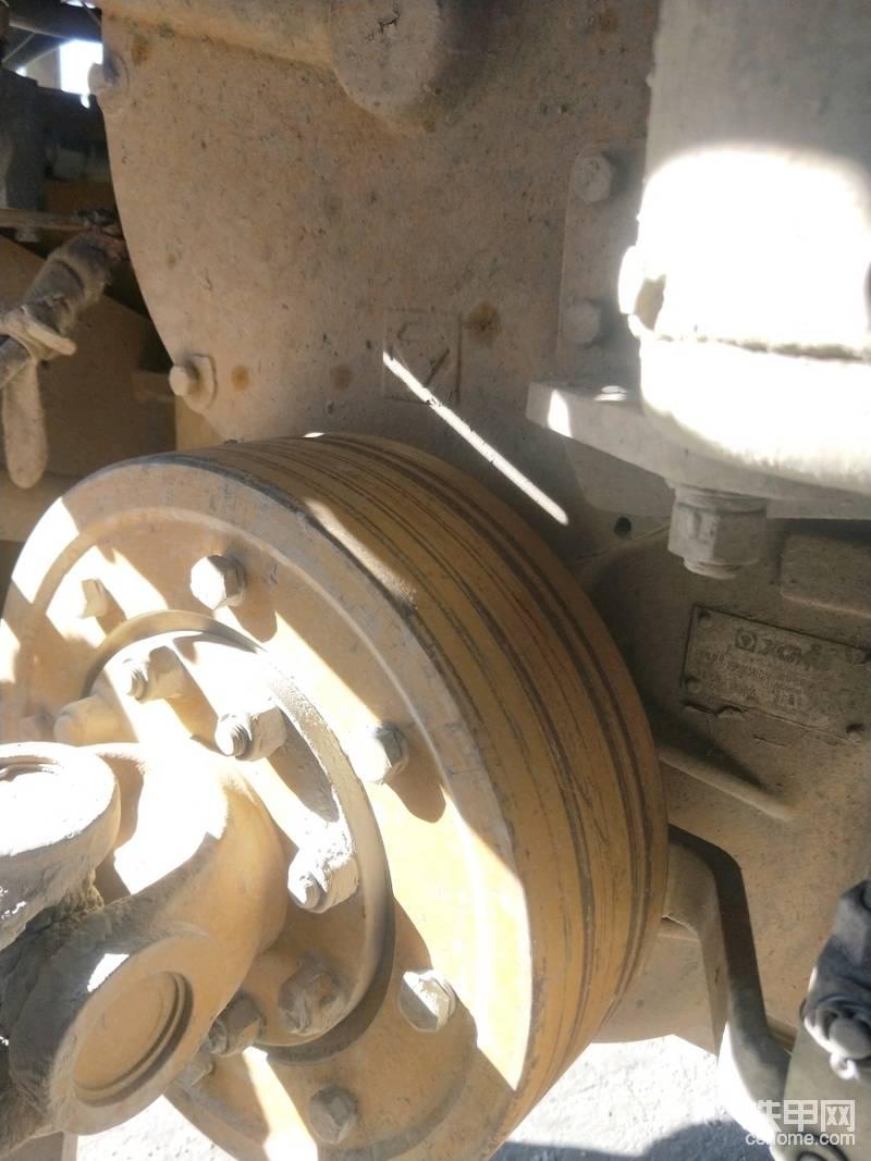 铲车基本上各品牌做的都差不多,徐工有些细节上做的就比其他品牌要好一些。这几点给徐工设计师点个赞,柴油箱、变速箱、液压油箱都引出来管子加装呼吸器盖,里面都有铜滤芯一有时间就把滤芯拿出来吹一下保证油都干干净净的。两个空气加力泵也引出来呼吸器盖,保证空气的干净。