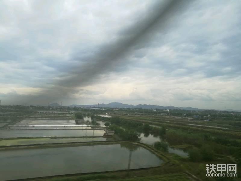 远处的山已经是长江南岸了