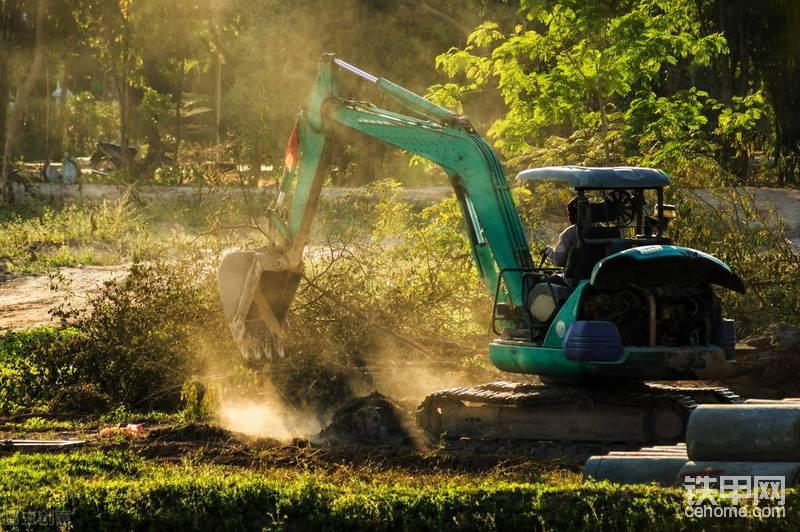 为啥挖掘机学校的训练机是中小型挖掘机?-帖子图片
