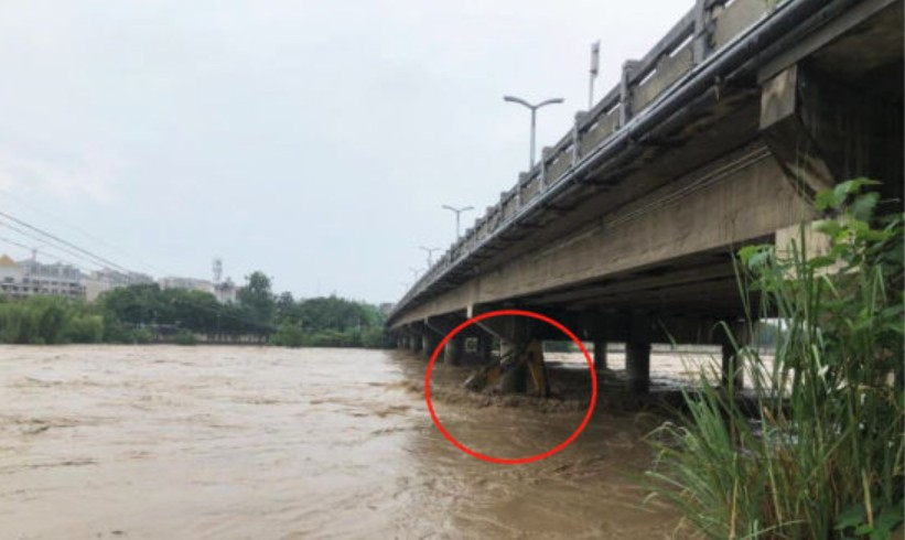 洪水冲走了谁的挖机?
