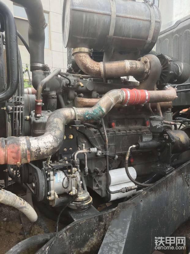 发动机右侧,暖风管,空调管都被烧坏了,加力器也坏了,