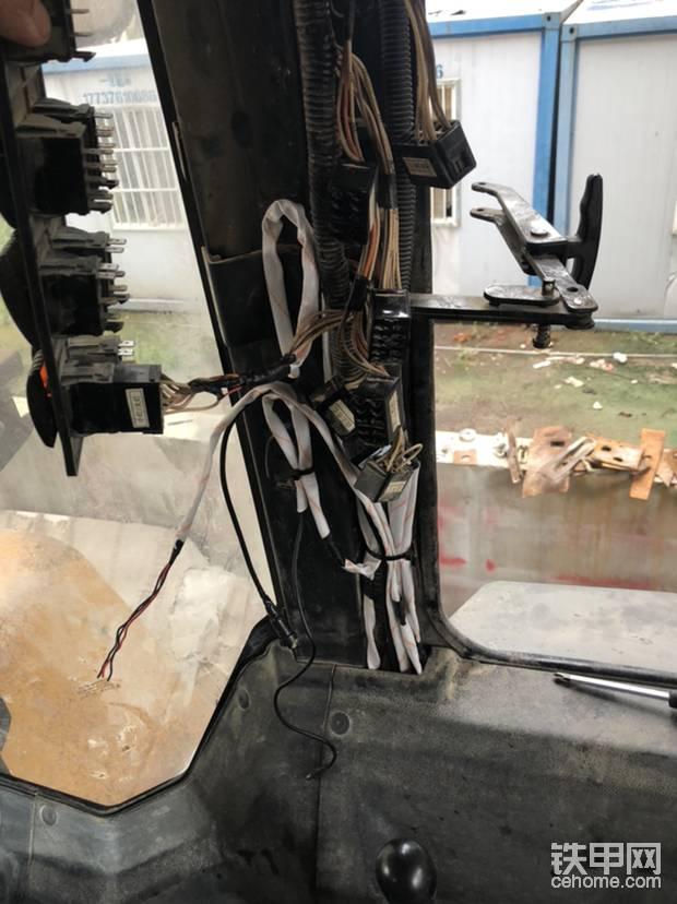 驾驶室里走线,倒车影像线束,氛围灯线束,电气喇叭一键转换线束,低音炮线束,绝缘蜡管包裹,拒绝出现问题!