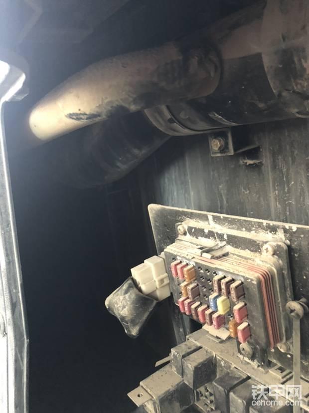 这个有没有眼尖的老铁看出来是干嘛用的?这个是小扶手箱里连接空调风道的管子,换句话说,这台车有个原车的小冰箱哦!