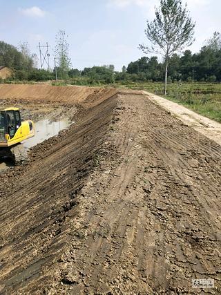 在郑州找挖机开,老湿机