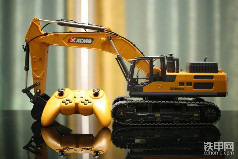 包装内包含:遥控挖掘机机身、遥、控、器、1200毫安锂电池及US、B充电线。