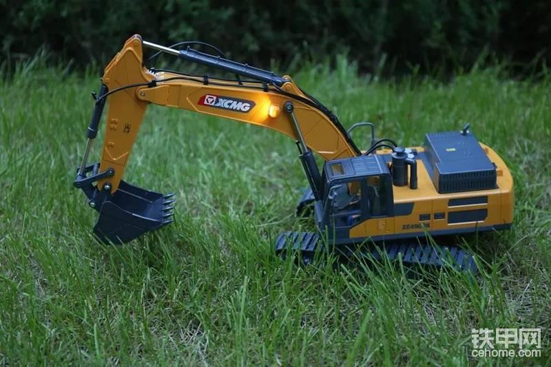 另外有特点的是,这款模型,还自带了驾驶员。也很有特色!之前徐工出品的第二版徐工XE7000正铲挖掘机模型,也是自带了驾驶员!