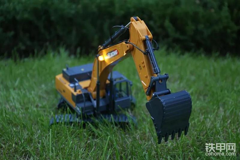 而另一个特别要说明的是,遥控挖掘机机身,采用的是塑料材质,而挖掘机铲斗,则是合金材质!