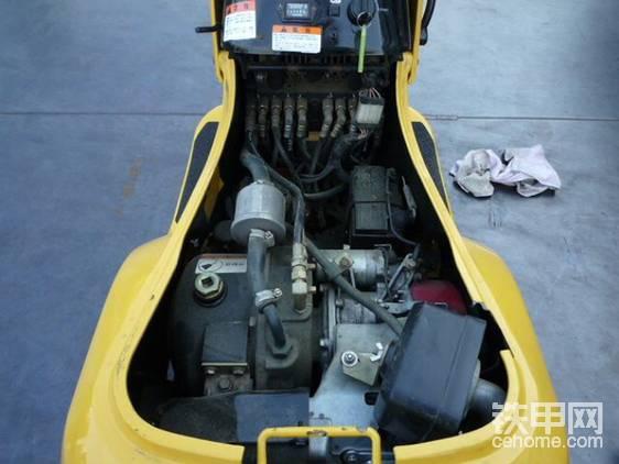 这个袖珍发动机是ホンダ(本田)GX160T2,功率3.6千瓦。看上去小,不过这车也只有0.3吨。若是换算成30吨中挖,360千瓦的强悍动力可是傲视群雄,无人能敌!这台车速度达到了1.4公里。
