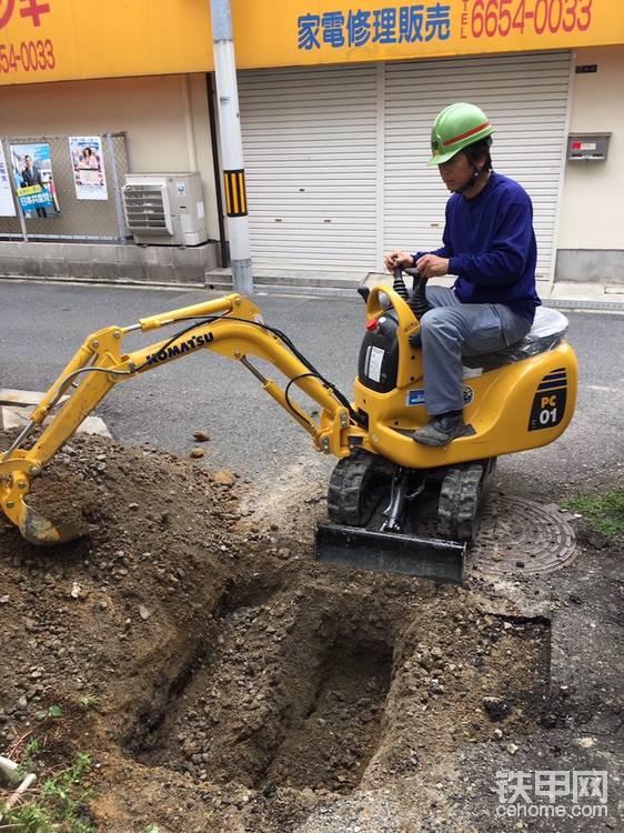 日本大阪,一本正经地开着不正经挖掘机的司机。