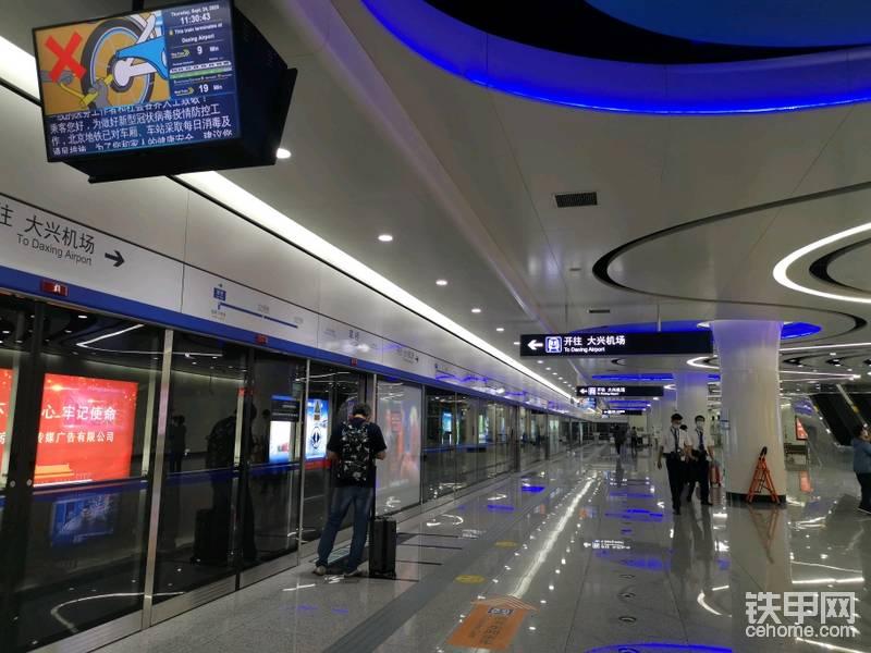 不满大家说,这是小编第一次来大兴机场打卡,这个网红机场已经运营快一年了。这是在草桥站赶大兴机场的专线,去机场。