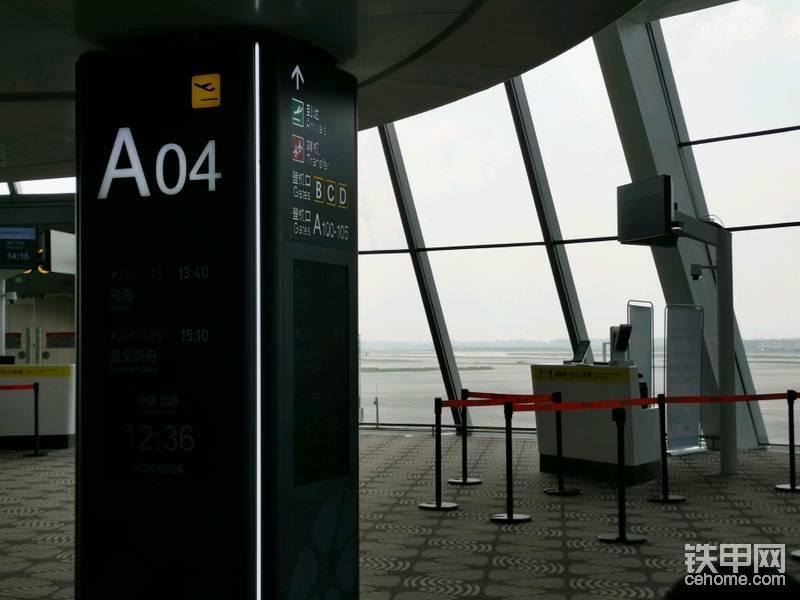 很快到A04登机口,吃点午饭,开始图文直播。