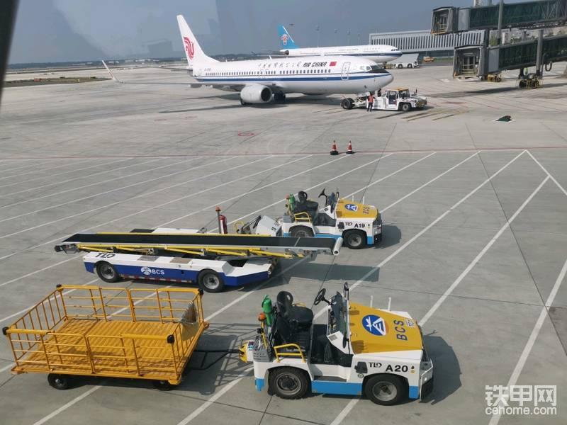 已经登机 航班延误了一点点时间 原定13:40起飞 估计两点后了