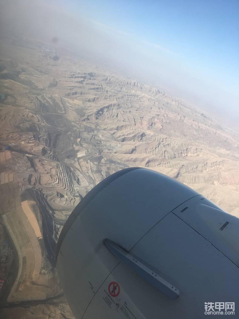 黑金,从飞机上可以看到一层层开挖的煤矿